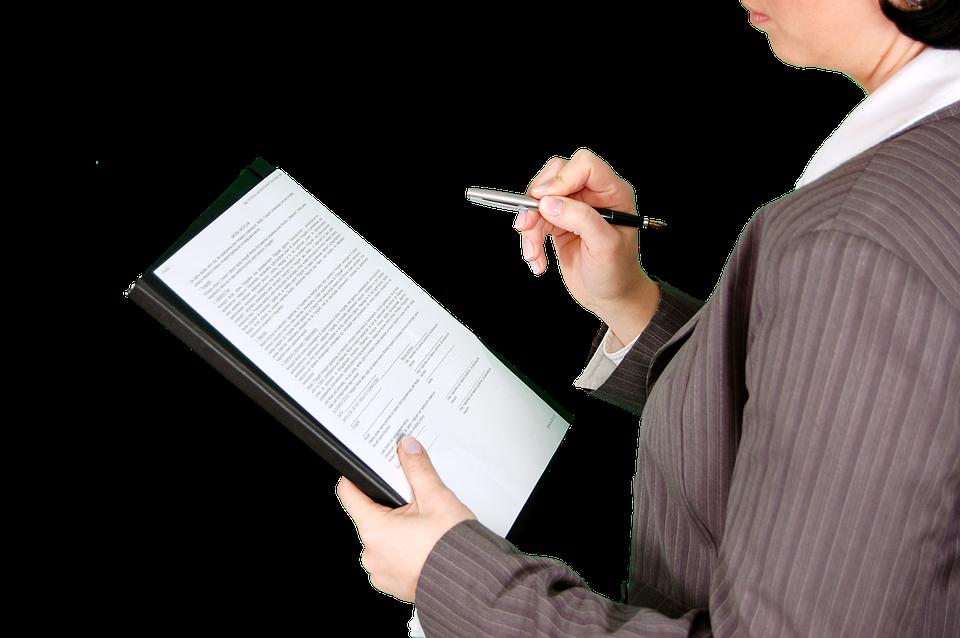 женщина изучает документ фото