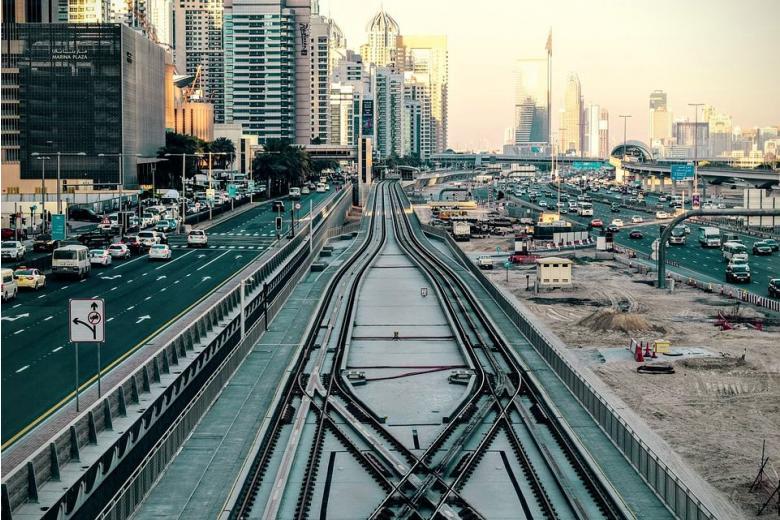 железнодорожные пути в городе фото