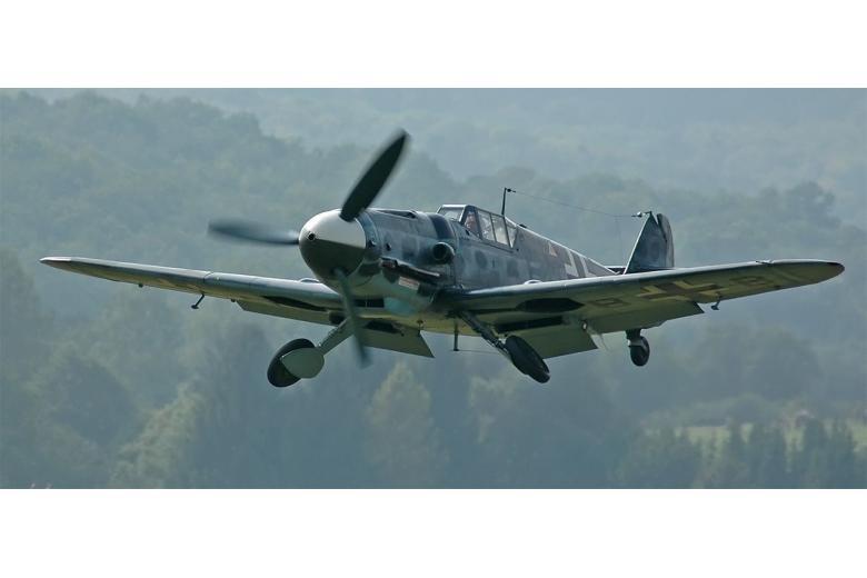 военный самолет в воздухе фото