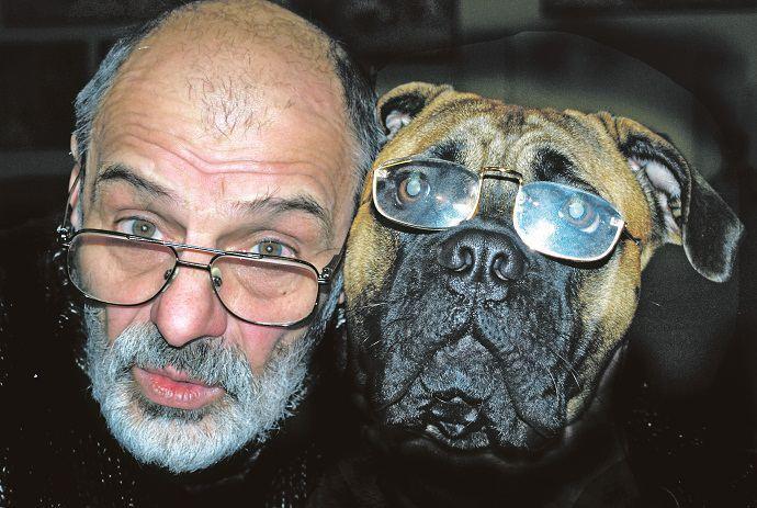 художник, скульптор и актер Юрий Соловей с собакой фото