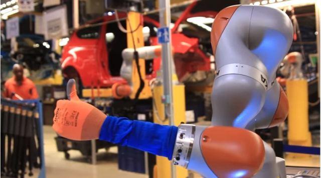 Вот оно чё, Михалыч: на кёльнском автозаводе роботы делают сотрудникам массаж фото 1