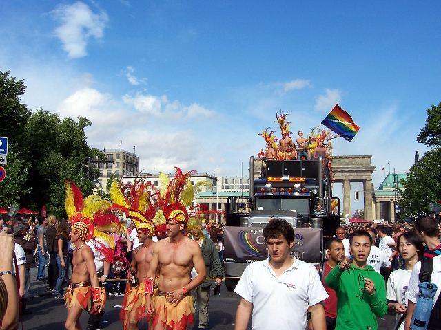 Полмиллиона геев и интересующихся собрались под Бранденбургскими воротами фото 1