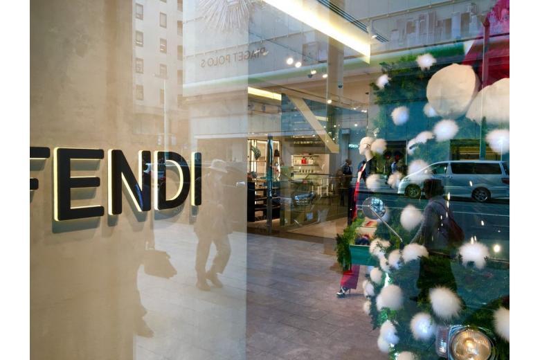 Новый рождественский скандал: в Мюнхене ёлку украсили натуральным мехом фото 1