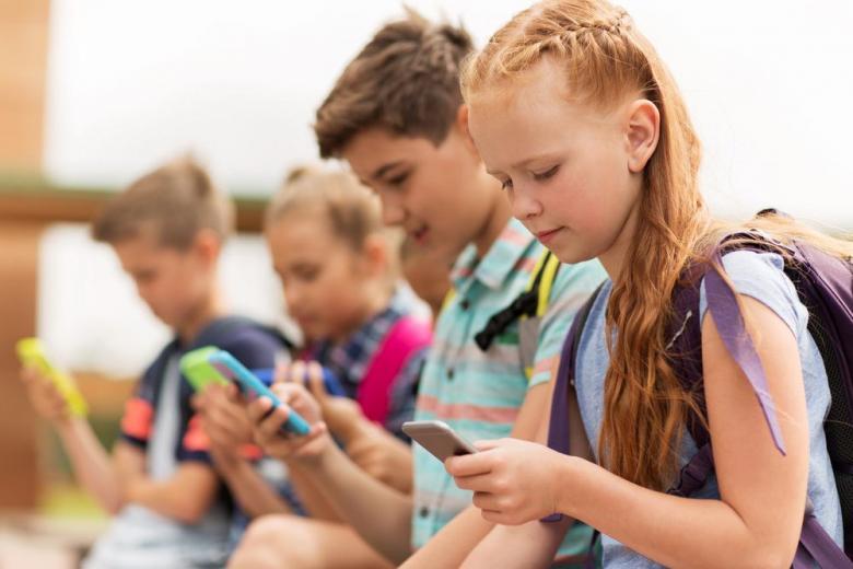 Школьникам на уроках разрешат пользоваться смартфонами фото 1