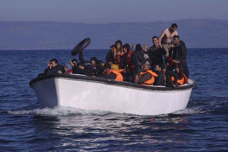 Богоматерь, беженец и наркоман: из лодки беженцев сделали рождественский вертеп фото 1