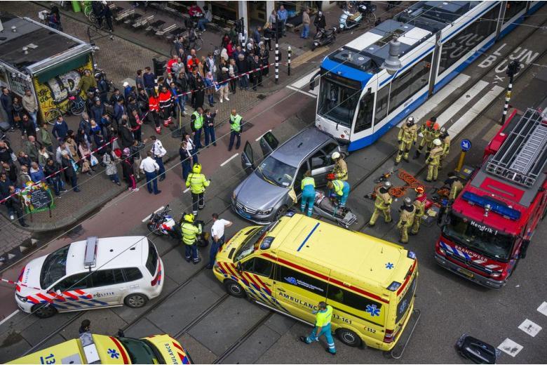 Снова теракт: в центре Берлина грузовик въехал в толпу на  рождественском базаре фото 1