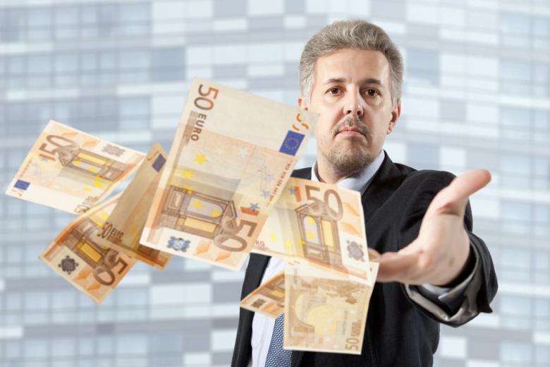 На немецкой трассе мужчина разбрасывал тысячи евро фото 1