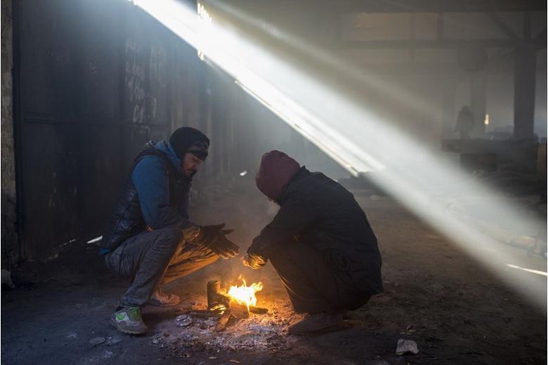 Десятки беженцев пострадали при пожаре в общежитии фото 1