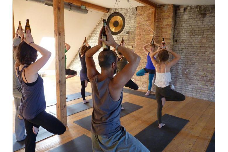 Йога по-немецки: на тренировках занимаются с бутылкой пива фото 1