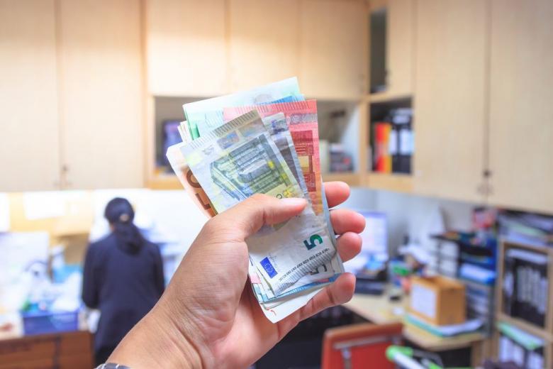 Беженец-мошенник получил более 20 тысяч евро фото 1