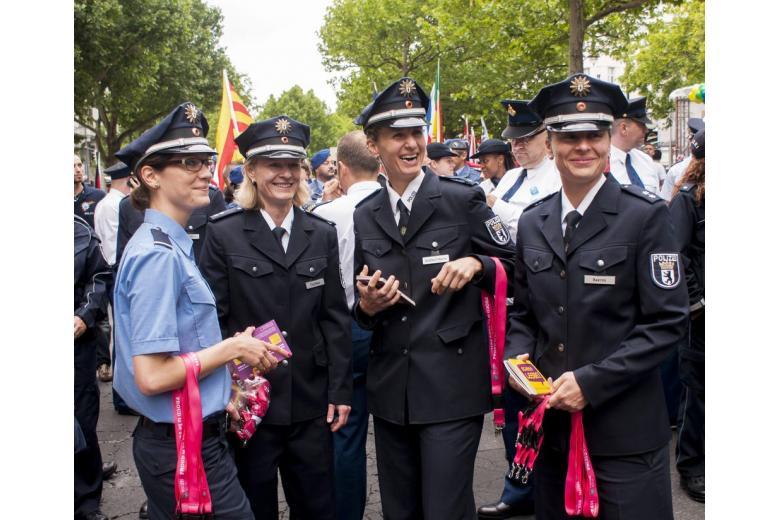Форму немецких полицейских перешьют на модные сумочки фото 1