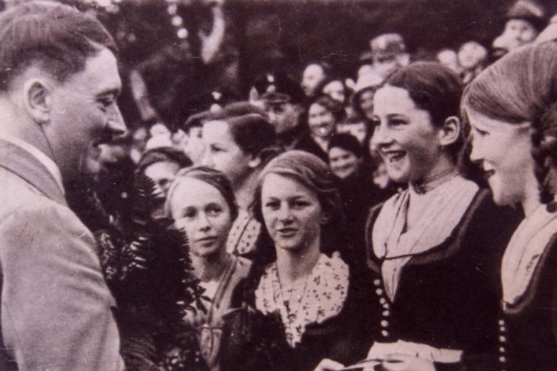 Фотоальбом любовницы Гитлера ушёл с молотка в Британии фото 1