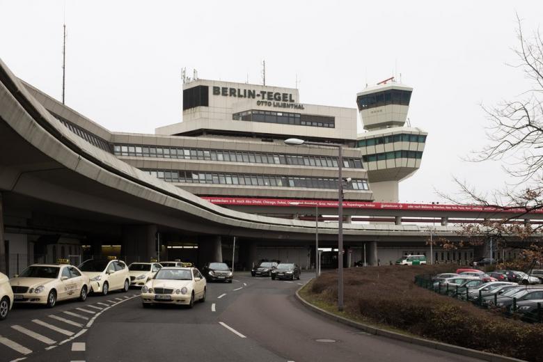 В берлинском аэропорту распылили перечный газ: 15 пострадавших фото 1