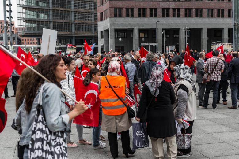 Референдум за шашлыком: как турецкая диаспора в Германии голосовала за новую Конституцию фото 1