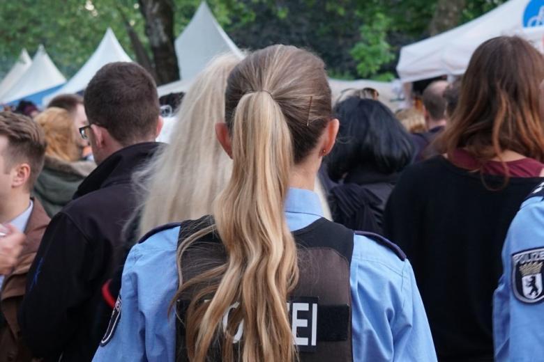 «Им было скучно»: немецкие полицейские пьянствовали и публично занимались сексом фото 1