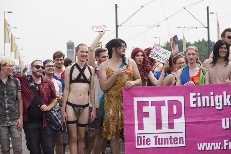 В Кёльне прошел самый большой ЛГБТ-парад Европы фото 1