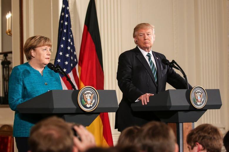 Трамп с опозданием поздравил Меркель фото 1