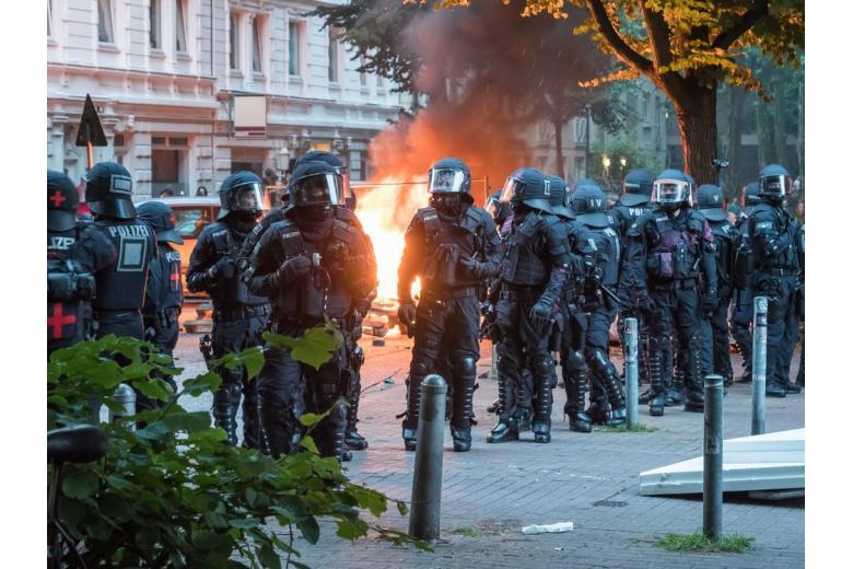 Празднование Хэллоуина в Кёльне закончилось беспорядками и арестами фото 1