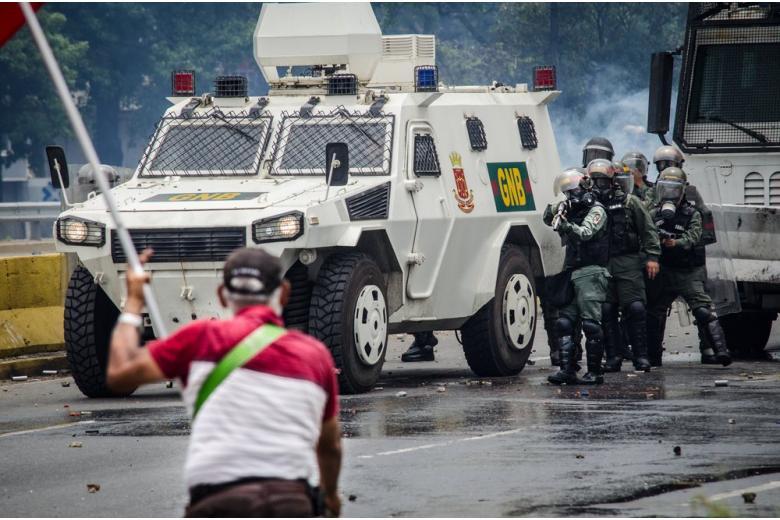 Евросоюз ввел санкции на поставки оружия Венесуэле фото 1