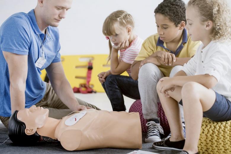 Mercedes Benz спонсирует детские курсы спасателей фото 1