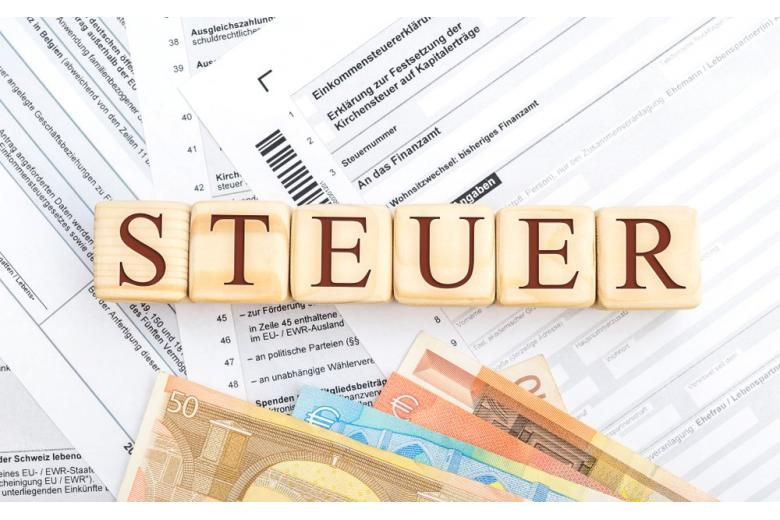Налоговые квитанции на немецком языке и купюры евро фото