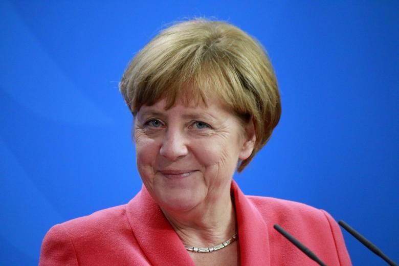Меркель получила награду за помощь беженцам фото 1
