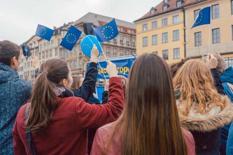 Кому доверяют и что думают о политике молодые европейцы? фото 1