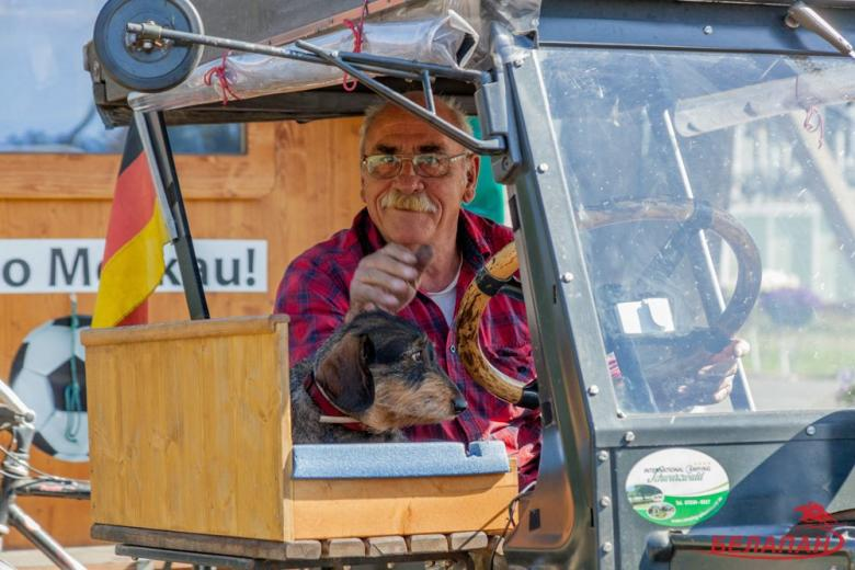 Немец едет на чемпионат мира по футболу на тракторе фото 2