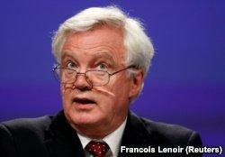 """Из-за """"мягкого Брекзита"""" из британского кабинета уходят министры. Что происходит? фото 2"""