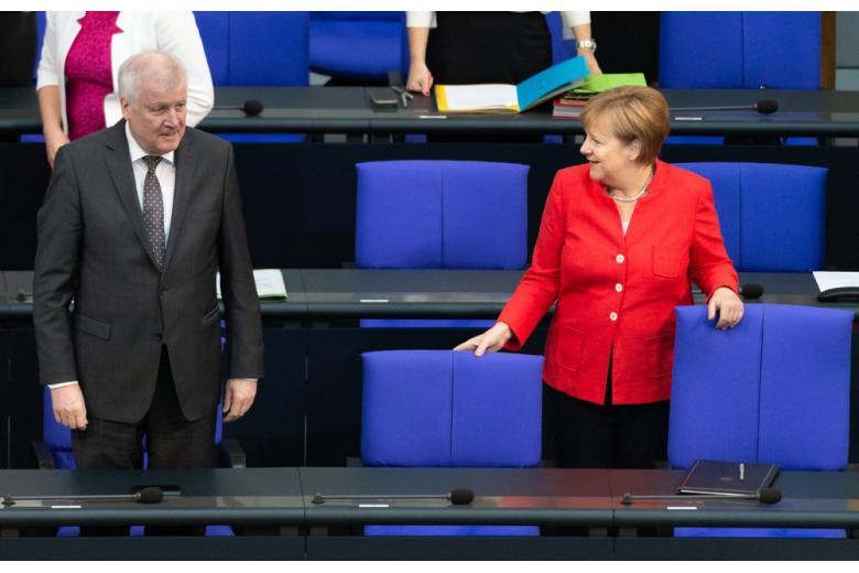Без извинений: Зеехофер говорит, что конфликт с Меркель полностью исчерпан фото 1