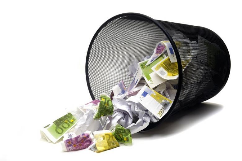 деньги в мусорное ведро