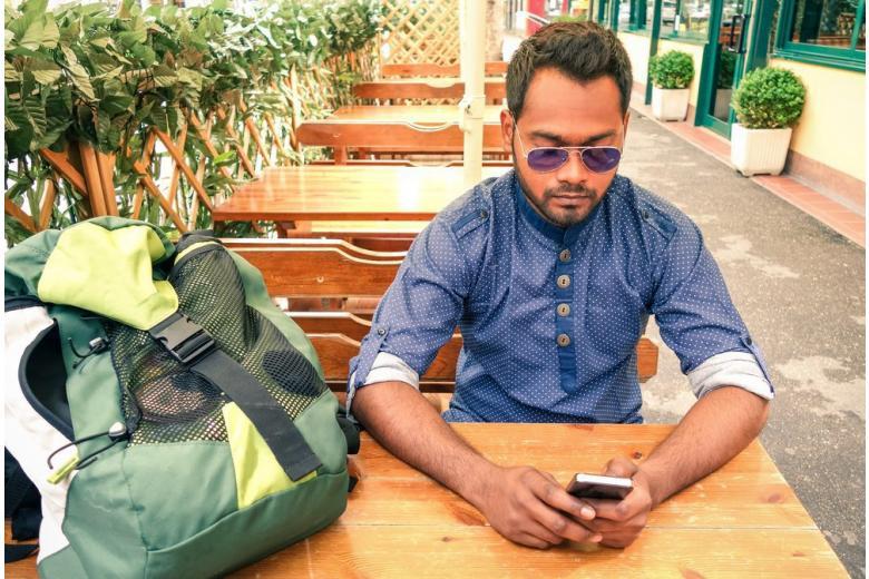 «А если найду?» Спецслужбы проверят смартфоны у беженцев фото 1