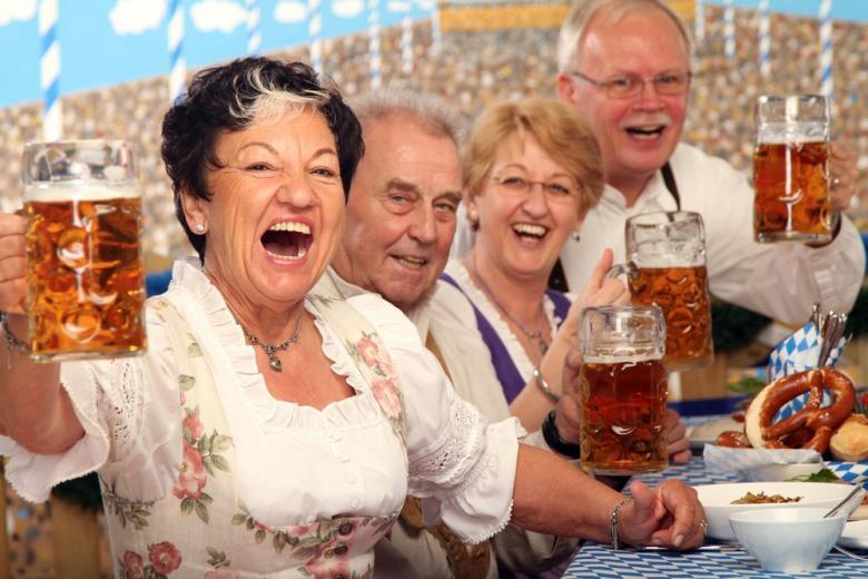 немцы пьют пиво в баре
