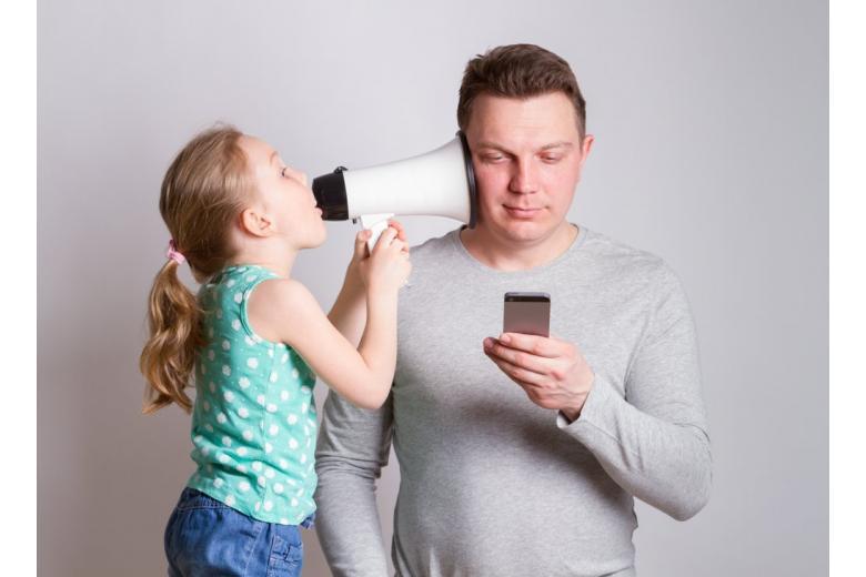 Родители со смартфоном