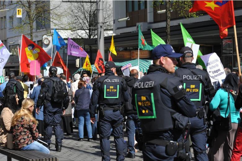 Как должны действовать немецкие полицейские во время митингов? фото 1