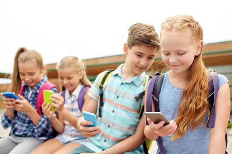 дети с мобильными телефонами