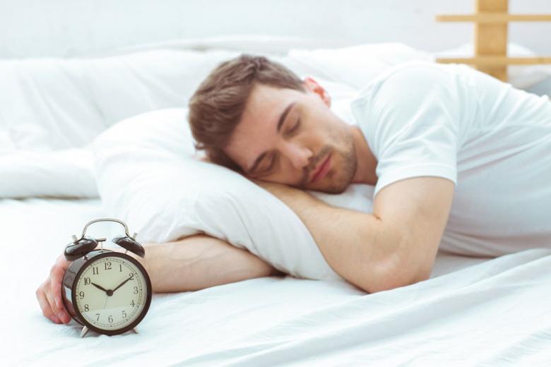 Ученые рассказали, почему на выходных стоит больше спать фото 1