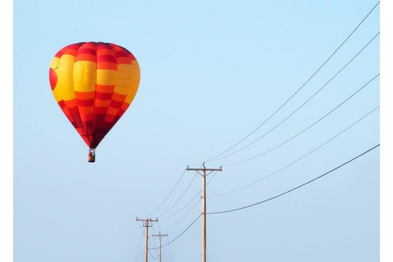 Полетали: вблизи Эссена воздушный шар врезался в линию электропередач фото 1