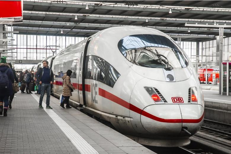 Поезд ICE на вокзале в Германии фото