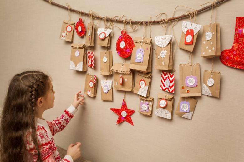 Ребенок открывает адвент календарь