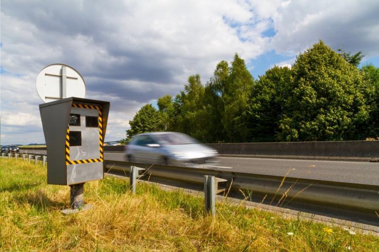 автомобиль и скорость на дороге