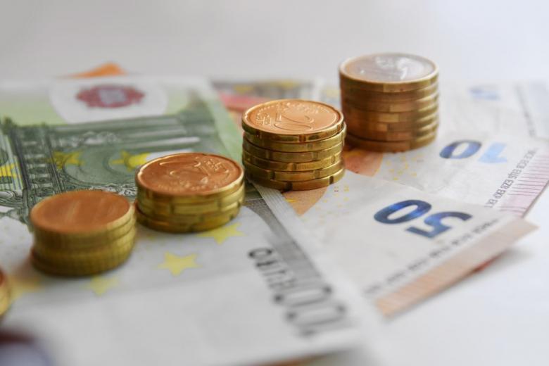 Бумажные деньги в евро и монеты