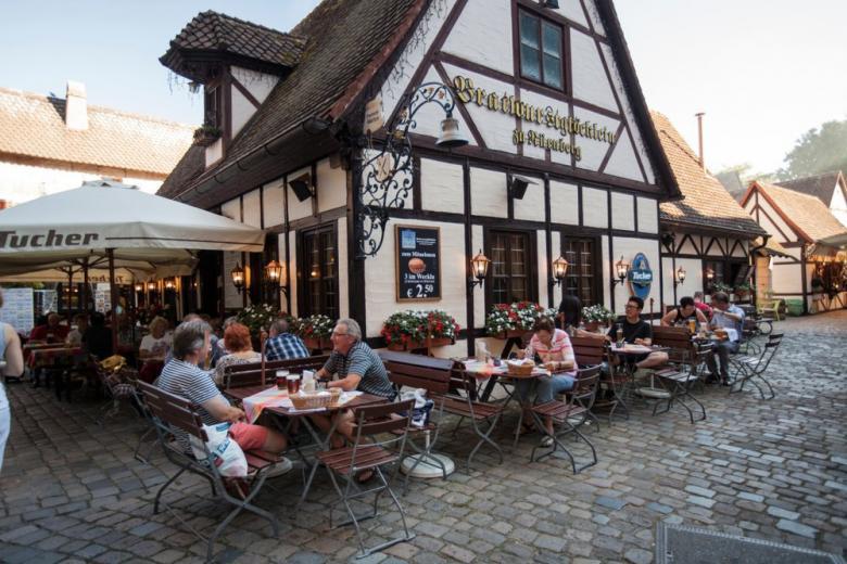 Немцы едят на улице