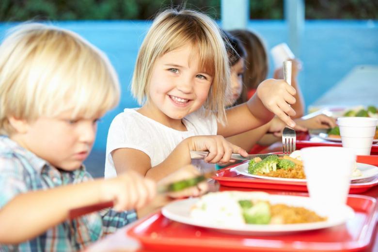 школьники обедают за столом