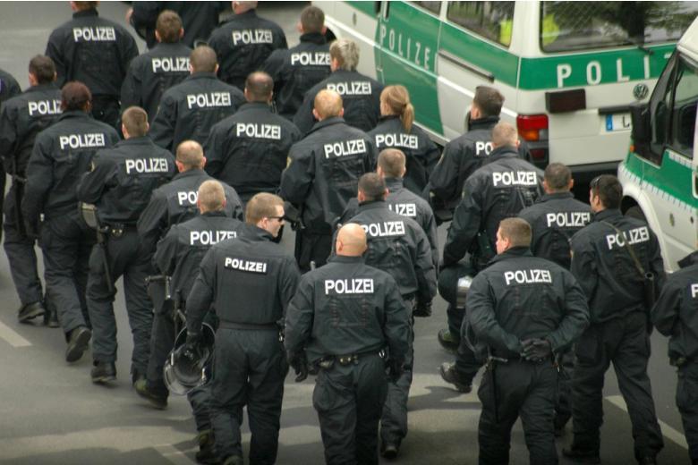Полиция Берлина идёт по городу