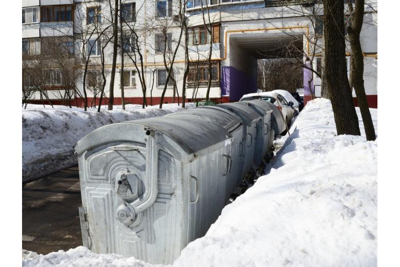 Мусорные контейнеры перед домом