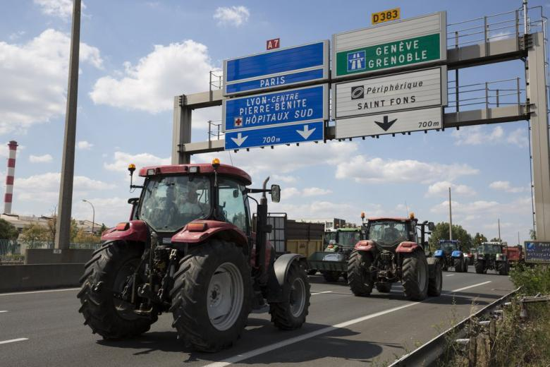 Трактор на дороге