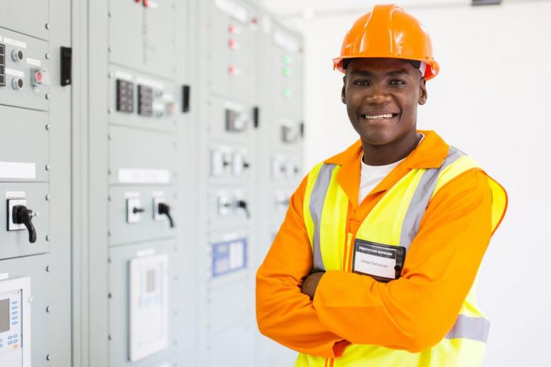 Чернокожий мигрант на работе в Германии