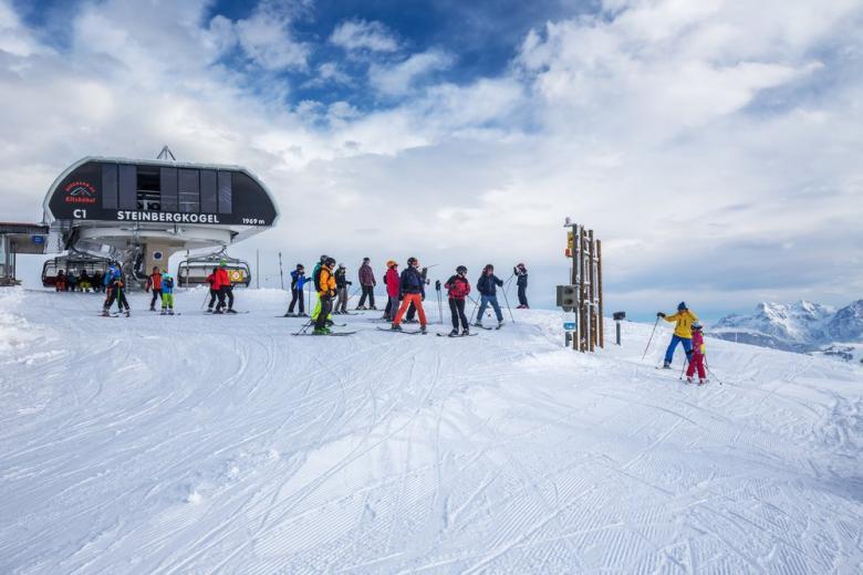 Школьники в заснеженных Альпах
