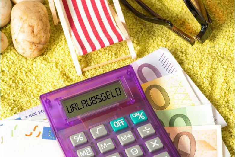 Шезлонг на песке, деньги и калькулятор фото